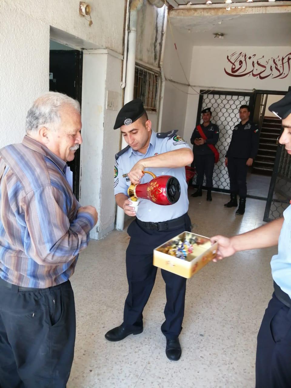 قسم ترخيص المفرق يقوم بتوزيع الحلوى على المواطنين