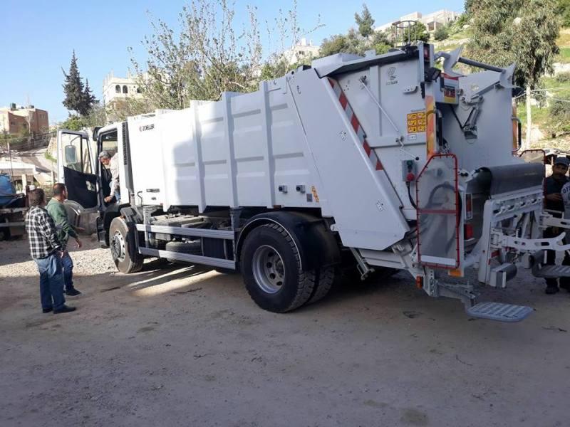 ضبط سيارة نقل نفايات تابعة لإحدى بلديات إربد تعيد تعبئة وبيع ألبان منتهية الصلاحية