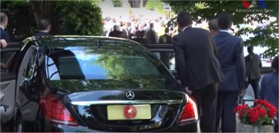 بالفيديو  ..  أردوغان يراقب بنفسه اشتباك حرسه ومتظاهرين بواشنطن