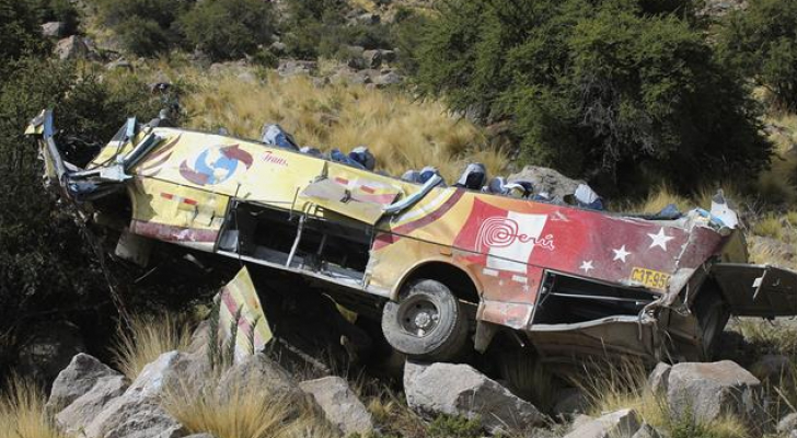 27 قتيلا جراء سقوط حافلة بوادٍ في البيرو