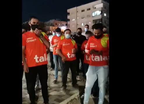 """سائقو شركة """"طلبات"""" يعتصمون احتجاجاً على خفض أجورهم"""