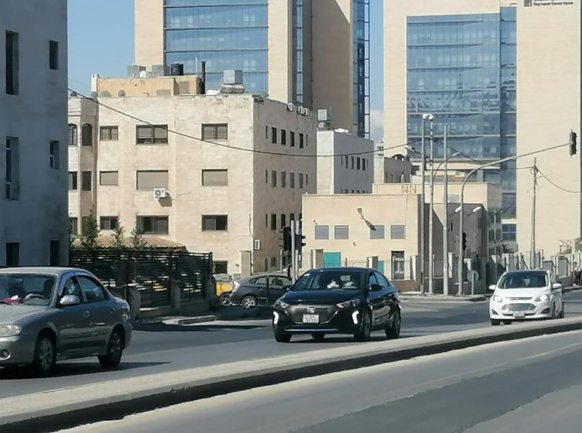 بالصور  ..  عودة الحياة لطبيعتها بشوارع عمان بعد السماح باستخدام المركبات بنظام الفردي و الزوجي