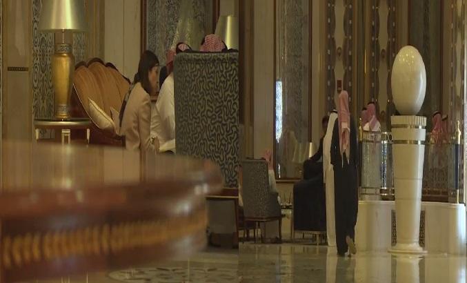 بالفيديو ..  لقطات حصرية تعرض لأول مرة من داخل الفندق الموقوف به الامراء السعوديون