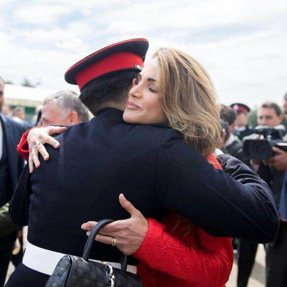 """الملكة رانيا تهنىء الامير حسين بتخرجه : """"فخورون بقوتك وعزيمتك"""""""