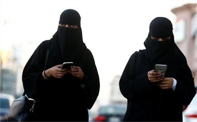 السعودية تسمح للطالبات باستخدام الهواتف النقالة داخل الحرم الجامعي