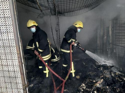 الدفاع المدني يخمد حريق عدد من محلات الألبسة المستعملة في محافظة الزرقاء ..  فيديو