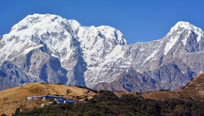 """شاهد  ..  بعمر الـ81 عاما ..  إسباني يتسلق جبال الهيمالايا تكريما لضحايا """"كورونا"""" من المسنين"""