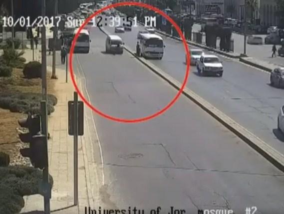 """بالفيديو  ..  كاميرات """"القيادة و السيطرة"""" ترصد لحظة دهس شاب في شارع الجامعة الاردنية"""