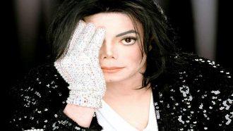 بيع قفاز مايكل جاكسون الأبيض الشهير بـ 171 ألف دولار