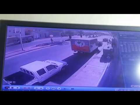 بالفيديو.. سائق يطير في الهواء بعد أن صدمته سيارة مسرعة