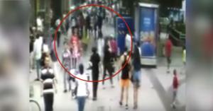 بالفيديو ..  لحظات مروعة حفرة تبتلع المارة على ممشى مزدحم بالصين!