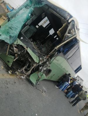بالصور ..  اكثر من 40 اصابة بحادث تصادم مروع بين حافلة وقلاب على الطريق الصحراوي