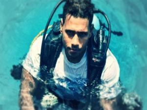 """بالفيديو  ..  يأكل ويشرب ويصلي تحت الماء ..  """"صدام الكيلاني"""" يستعد للغطس 154 ساعة"""