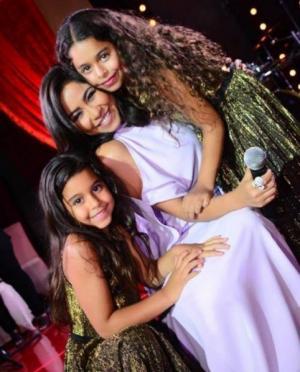 بالفيديو والصور  ..  بنات شيرين عبد الوهاب أصبحتا حديث الجمهور بسبب طريقة رقصهما