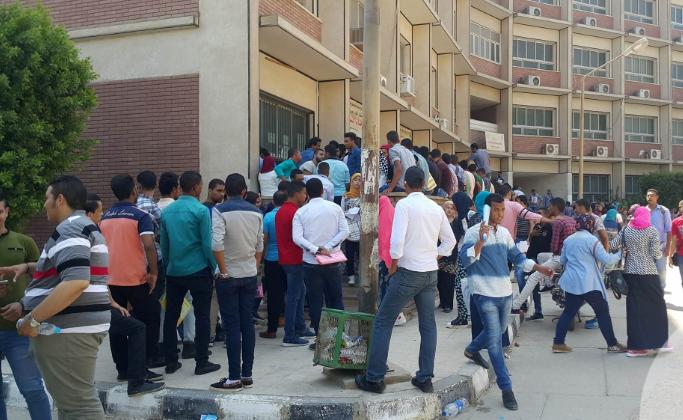 جامعة الكويت زحام طلابي على أبوابها  ..  وازدحام مروري خنق الطرق المؤدية إليها