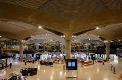 الخصاونة بجولة مفاجئة داخل مطار الملكة علياء الدولي