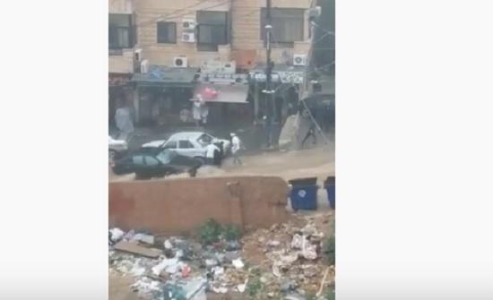 بالفيديو : بطريقة مروعة  ..  انقاذ سيدة جرفتها السيول بمنطقة بشامون