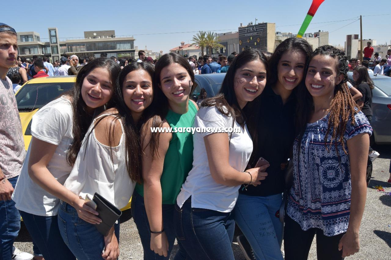 بالفيديو و الصور ..  شاهد فرحة أبناء الثانوية العامة بنجاحهم في امتحان التوجيهي