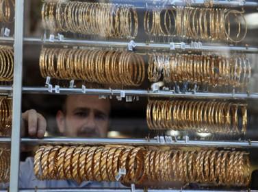 انخفاض أسعار الذهب وسط زيادة في الإقبال