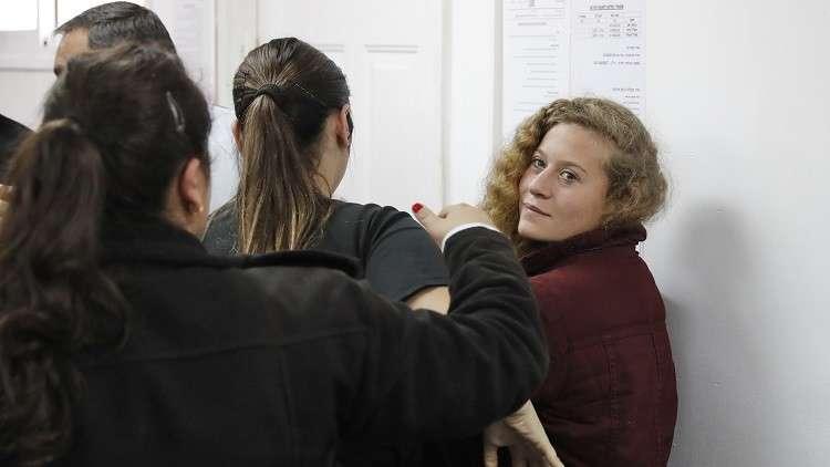 ناشطة إسرائيلية تصفع جنديا خلال محاكمة عهد التميمي