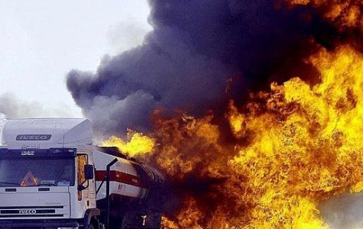 وفاة وإندلاع حريق في صهريج نفط إثر حادث تصادم على طريق العقبة