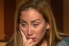 بالفيديو  ..  مذيعة مصرية مشهورة تنهار من البكاء بعد تحرش 6 شباب بها في مارينا