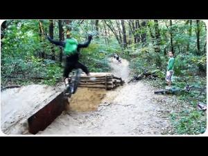 بالفيديو..حفرة تصطاد متسابق دراجات واخر يضل طريقه