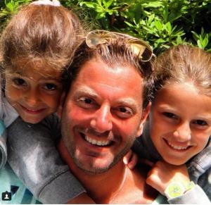 """""""صورة """" ...تامر هجرس ينشر صورة ابنتيه في طفولتهما ويتغزل في جمالهما"""