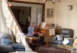 شاهد ..  سيدة لبنانية تعزف البيانو في منزلها وسط الحطام