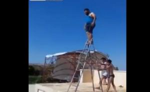 بالفيديو : سقوط مؤلم لشاب بدين حاول استخدام سلم كمنصة غطس