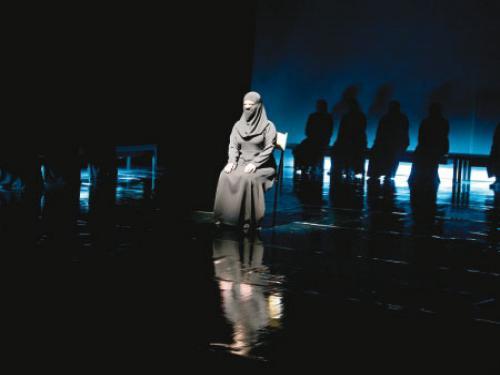 «نساء طروادة» ..  مسرحية تحاكي حياة اللاجئات السوريات
