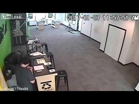 بالفيديو.. انفجار سيجارة إلكترونية بوجه موظف خلف مكتبه