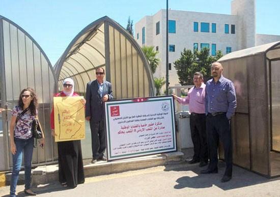 """حملة شعبية تسلم الحكومة مذكرة حضور لـ""""محاكمة شعبية"""" ومطالبات لإلغاء إتفاقية الغاز"""