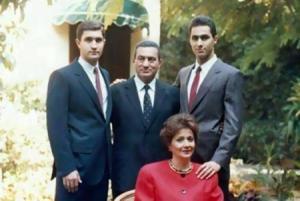 بالصورة .. شاهد حسني مبارك وعائلته قبل 35 سنة .. استعد للصدمة!