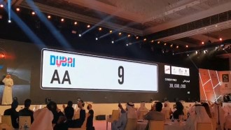 بالفيديو  ..  بيع لوحة سيارة في دبي بـ10 ملايين دولار