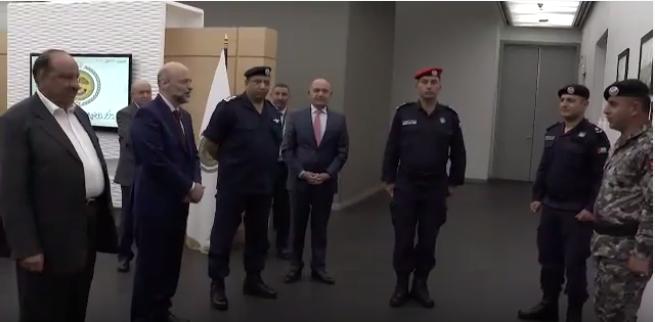 رئيس الوزراء يُكرم ثلاثة من مرتبات الأمن العام لمساعدتهم مواطنين بحظر التجول   .. فيديو