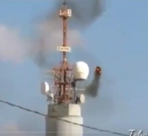 بالفيديو  ..  متظاهرون فلسطينيون يحرقون برج عسكري اسرائيلي بإطار مشتعل مُسير بطائرة ورقية