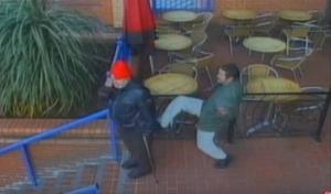 بالفيديو: رجل يعتدي على مسن بالركل دون سبب