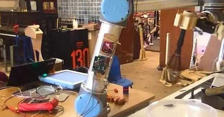 """بالفيديو والصور ..  روبوت يتفوق بمجال الطهي وينجح في إعداد عجة بيض """"مثالية"""""""
