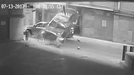 بالفيديو ..  نجاة إمرأة من الموت بأعجوبة بعد أن هوت بسيارتها من الطابق السابع