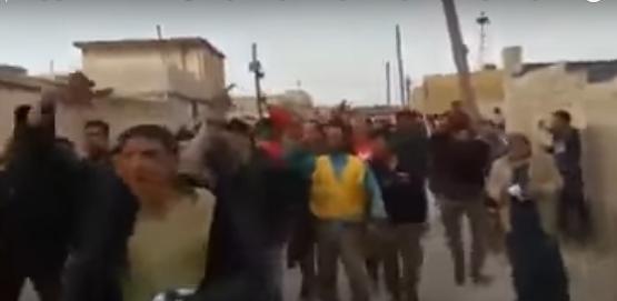 بالفيديو ..  ضجة على مواقع التواصل بعد خروج اهالي ريف ادلب الجنوبي بمظاهرة مؤيدة للأسد