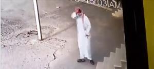 بالفيديو .. تصرف غريب للص بعدما اكتشف أن كاميرا مراقبة تصوّره