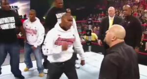 بالفيديو :لحظات جنونية لهجوم مشاهير العالم على المصارعين