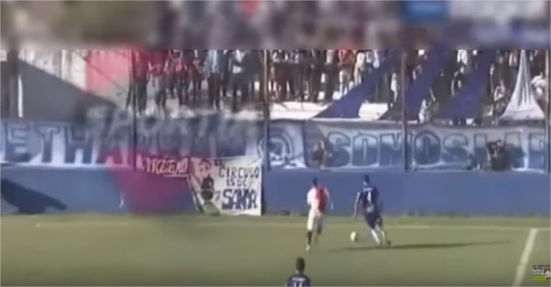 بالفيديو  :20 لاعبين كرة قدم ماتوا أثناء المبارة