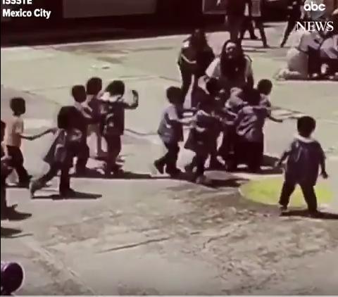 بالفيديو ..  اطفال المدرسة التي انهارت في زلزال المكسيك يظهرون شجاعة ولا مبالاة بما يحصل حولهم