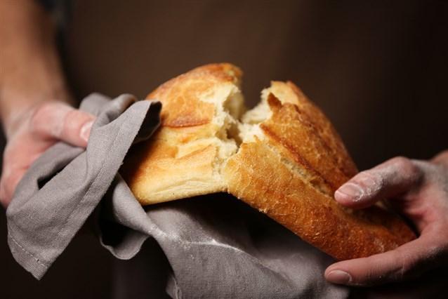 هذا هو تفسير حلم شخص يعطيك الخبز!