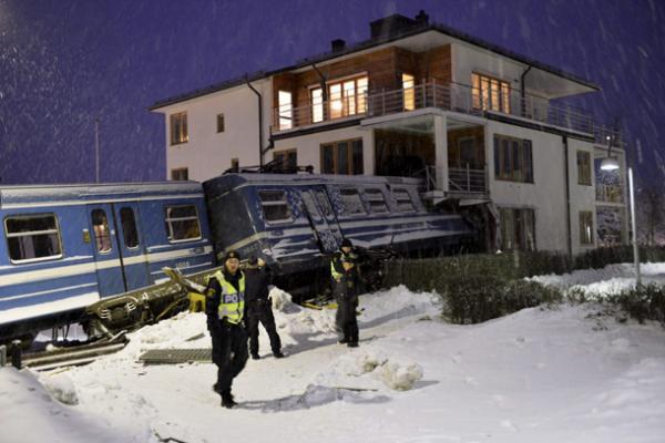 بالصور ..  عاملة نظافة سويدية تسرق قطاراً وتصدم به منزلاً