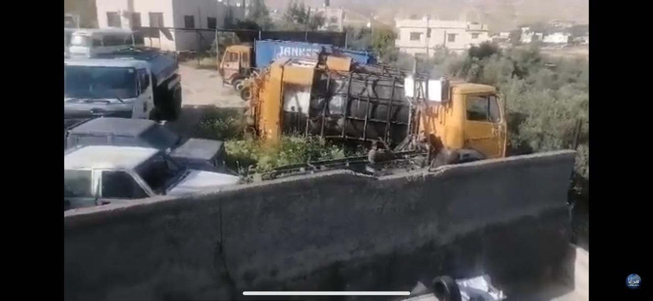 بالفيديو : اهالي منطقة ام الصليح يشتكون من وضع ضاغطات البلدية والسيارت في حرم المنطقة