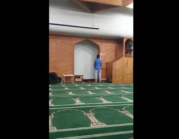 بالفيديو ..  والد مبتعث سعودي ينشر مقطعًا لابنه أثناء رفعه الآذان في المسجد الذي حدثت به جريمة نيوزيلندا
