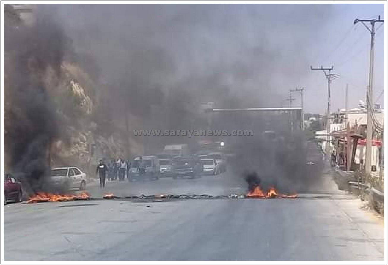 بالصور  ..  صاحب سوابق يغلق الطريق العام بالإطارات المشتعلة احتجاجاً على توقيف شخص في جرش